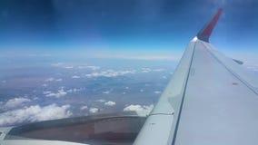 El avión vuela sobre las nubes y el Nepal Shevelev almacen de metraje de vídeo