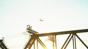 El avión vuela sobre el puente del ferrocarril Vuelo de la línea aérea del avión de pasajeros de la cámara lenta de arriba en un  almacen de metraje de vídeo