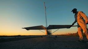 El aviador comprueba un ala de cola de un avión antes de sacar almacen de video