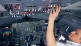El aviador es botones de transferencia en el lado superior de la carlinga antes del vuelo almacen de video