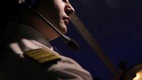 El aviador se vistió en uniforme con las hombreras que volaban el aeroplano, profesional en el trabajo metrajes