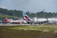 El avión aterrizaba en el aeropuerto en Phuket frente al mar Fotos de archivo libres de regalías