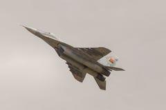 El avión de combate militar realiza una maniobra Fotografía de archivo libre de regalías