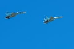 El avión de fuselaje ancho está volando en cielo azul Imagenes de archivo