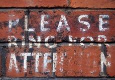 El aviso pintado a mano viejo que dice por favor suena para la atención fotografía de archivo libre de regalías