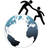 El ayudante alcanza hacia fuera ayuda al amigo encima de la tapa del mundo Foto de archivo libre de regalías