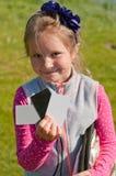 El ayudante de la muchacha que sostiene la tarjeta gris imágenes de archivo libres de regalías