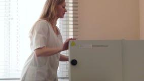 El ayudante de laboratorio pone las semillas en el secador metrajes