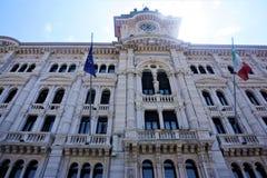El ayuntamiento de Trieste en el sol fotos de archivo