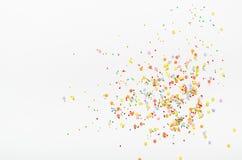 El azúcar asperja puntos en el fondo blanco Decoración dulce para las tortas Visión superior, espacio de la copia fotografía de archivo