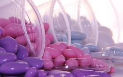El azúcar coloreado cubrió las almendras en rosado y azul púrpuras Foto de archivo