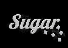 El azúcar de la palabra escrito por los granos del azúcar Foto de archivo