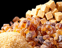 El azúcar marrón del caramelo. Aún-vida en fondo abstracto Foto de archivo