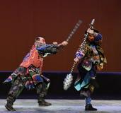 El azote del hierro contra el macis--€œLittle Worriors de la ópera de Pekín del  del family†de Yeuh's Fotos de archivo libres de regalías