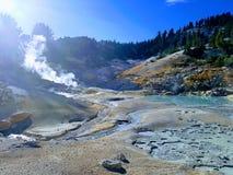 El azufre de ebullición de la agua caliente salta en parque nacional Fotografía de archivo