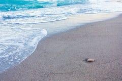 El azul agita en la arena imágenes de archivo libres de regalías