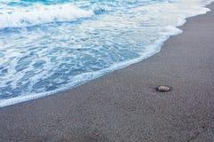 El azul agita en la arena foto de archivo