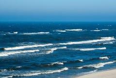 El azul agita en el mar Báltico Foto de archivo