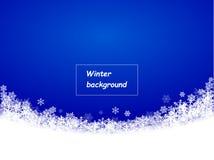 El azul brillante del fondo del invierno, copos de nieve cayó maravillosamente en un semicírculo, espacio para el texto libre illustration