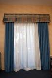 El azul cubre la ventana de la cubierta fotos de archivo libres de regalías