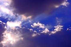 El azul de cielo de las nubes irradia concepto Fotos de archivo libres de regalías
