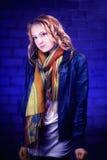 El azul del retrato de la muchacha del adolescente tonned contra azul Imagenes de archivo