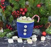El azul hizo punto la taza con la bebida y la melcocha de la Navidad Imagen de archivo libre de regalías
