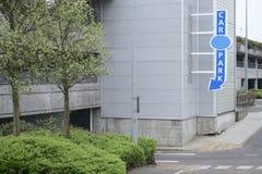 El azul multi de la flecha de la muestra del aparcamiento del piso para el estacionamiento concreto para los coches de los vehícu Fotos de archivo libres de regalías