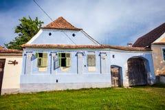 El azul pintó la casa tradicional con los obturadores verdes de Viscri v Fotografía de archivo