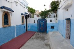 El azul pintó las paredes en Kasbah del Udayas, Rabat, Marruecos fotografía de archivo libre de regalías