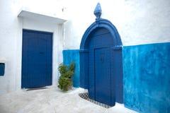 El azul pintó puertas y las paredes en Kasbah del Udayas, Rabat, Marruecos imagenes de archivo