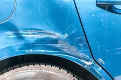 El azul rasguñó el coche con la pintura dañada en accidente del desplome en la calle o la colisión en estacionamiento en la ciuda foto de archivo libre de regalías