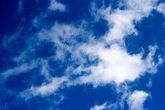 El azul se nubla el cielo Imagenes de archivo