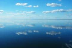El azul se nubla la reflexión Fotos de archivo libres de regalías