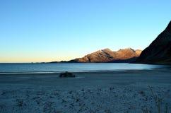 El azul tranquilo hermoso agita golpeando la playa arenosa congelada blanca en último otoño Fotos de archivo