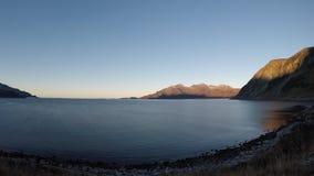 El azul tranquilo hermoso agita golpeando la playa arenosa congelada blanca en último otoño metrajes