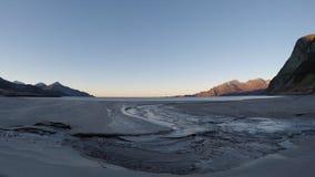 El azul tranquilo hermoso agita golpeando la playa arenosa congelada blanca en último otoño con la corriente de agua dulce del rí almacen de video