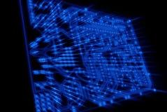 El azul ve a través de tarjeta de circuitos con los rayos ligeros Imagen de archivo