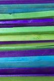 El azul, verde y la púrpura colorearon el fondo de los palillos del polo Fotografía de archivo libre de regalías