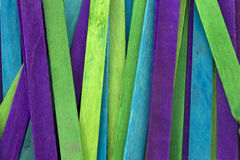 El azul, verde y la púrpura colorearon el fondo de los palillos del polo Fotos de archivo