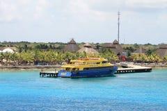 El azul y el amarillo balsean en el puerto en México foto de archivo libre de regalías