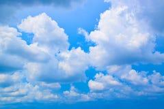 El azul y la nube de cielo Imagen de archivo