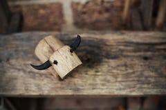 El búfalo de madera en el bosque en el jardín Imágenes de archivo libres de regalías