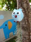 el búho azul está colgando debajo del árbol Imágenes de archivo libres de regalías