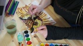 El búho de dibujo pinta en la tabla