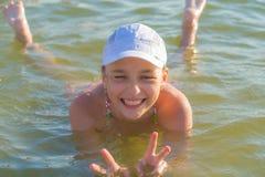 El baño de la muchacha era día de fiesta auténtico feliz Foto de archivo libre de regalías
