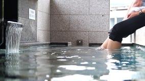El baño del pie del aire abierto onsen almacen de metraje de vídeo
