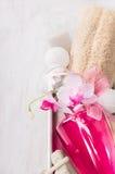 El baño fijó con la botella rosada, esponja, bolas en caja gris del metal Foto de archivo libre de regalías