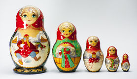 El babooshka de la muñeca de la jerarquización de Matryoshka juega el recuerdo ruso Fotografía de archivo