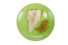 El bacalao con los guisantes verdes y la salsa de rábano picante en un verde plat Imágenes de archivo libres de regalías